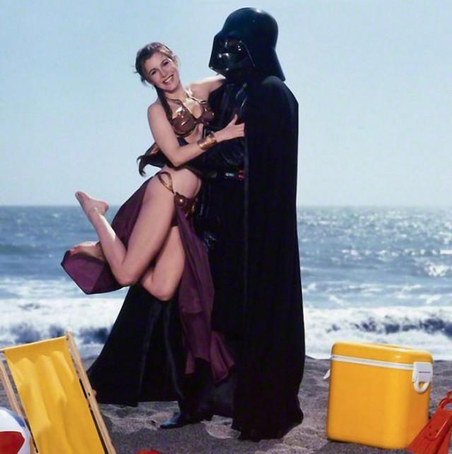 Ретро фотографии Кэрри Фишер в металлическом бикини для рекламы фильма «Возвращение джедая» в 1983 году