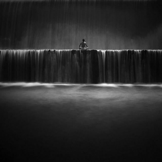 Созерцать: чёрно-белый минимализм фотографа Хенгки Коентжоро