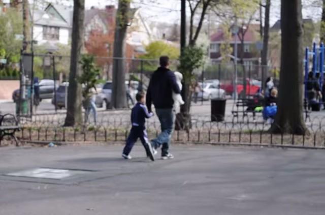 Шокирующий социальный эксперимент показал, как легко незнакомец может похитить ребёнка