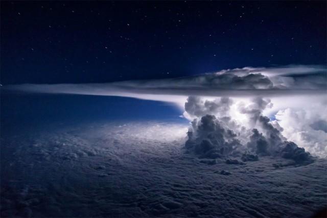 Шторм над Тихим океаном с высоты 11 тысяч метров