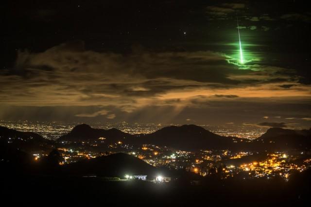 Яркий зелёный метеор над Индией