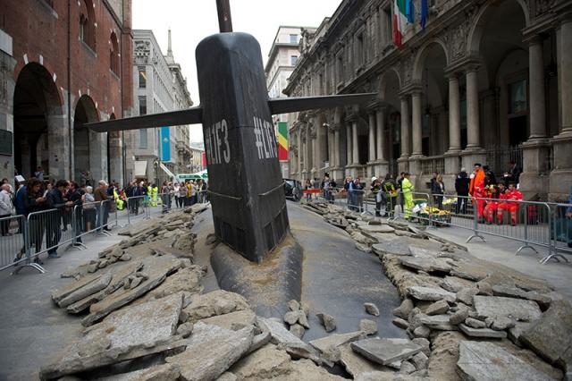 Огромная подводная лодка всплыла на улице Милана