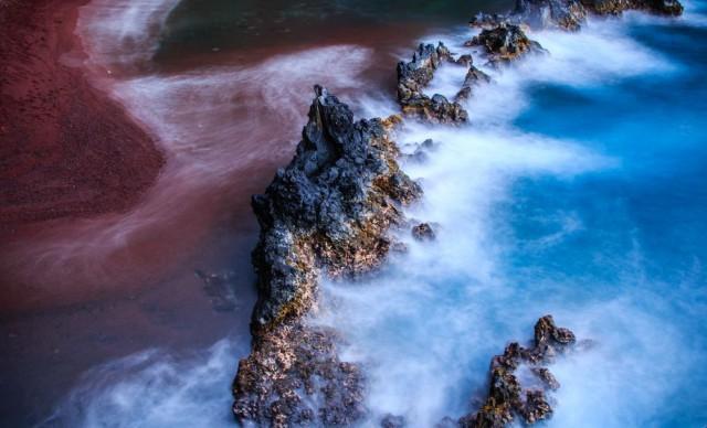Красный пляж «Каихалулу» на гавайском острове Мауи