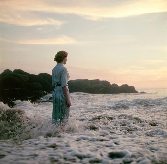 Девушки на пляже: снимки середины прошлого века с нераскрытой тайной
