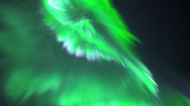 Видео: северное сияние, снятое на фотоаппарат Sony A7S при ISO 25600 без шумоподавления