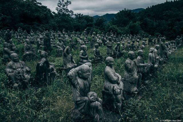 В этой жутковатой японской деревне обнаружили 800 статуй