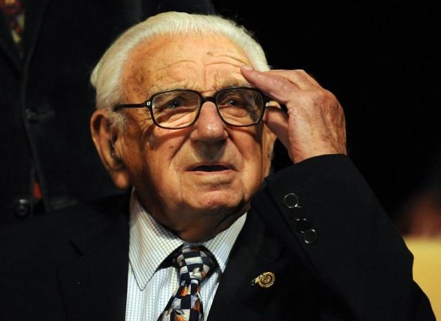 Реакция человека, который спас 669 детей во время Холокоста, и не знал, что они собрались вокруг него