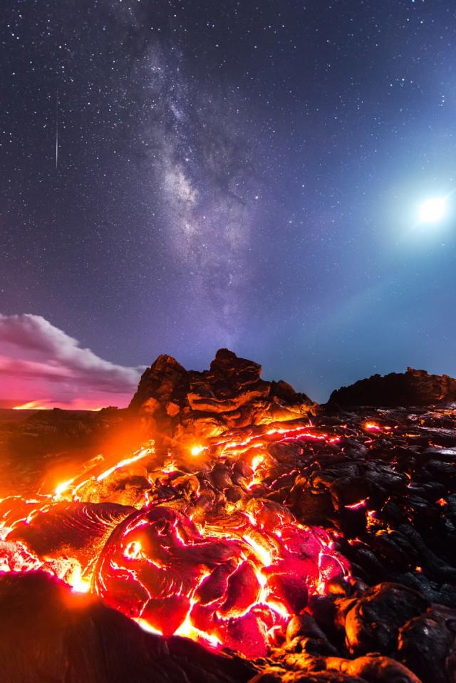 Фотограф запечатлел лаву, Луну, метеор и Млечный Путь в одном кадре