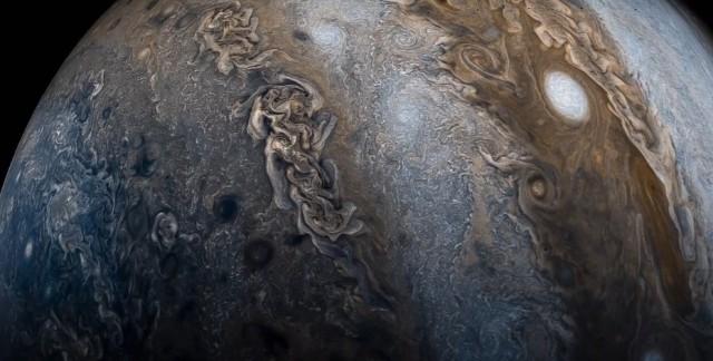 Облетая Юпитер, станция «Юнона» сделала фотографии, из которых получилось зрелищное видео