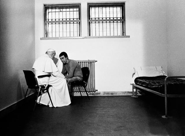 Когда Папа Римский Иоанн Павел II простил человека, который в него стрелял. История в фотографиях