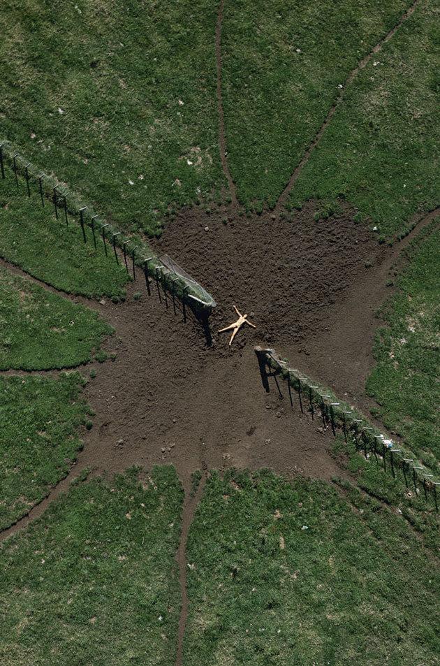 Джон Кроуфорд снял обнаженную жену в серии аэрофотографий «Воздушное ню»