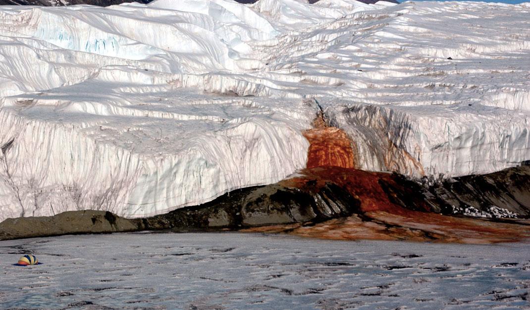 В Антарктиде есть водопад с красной, как кровь, водой