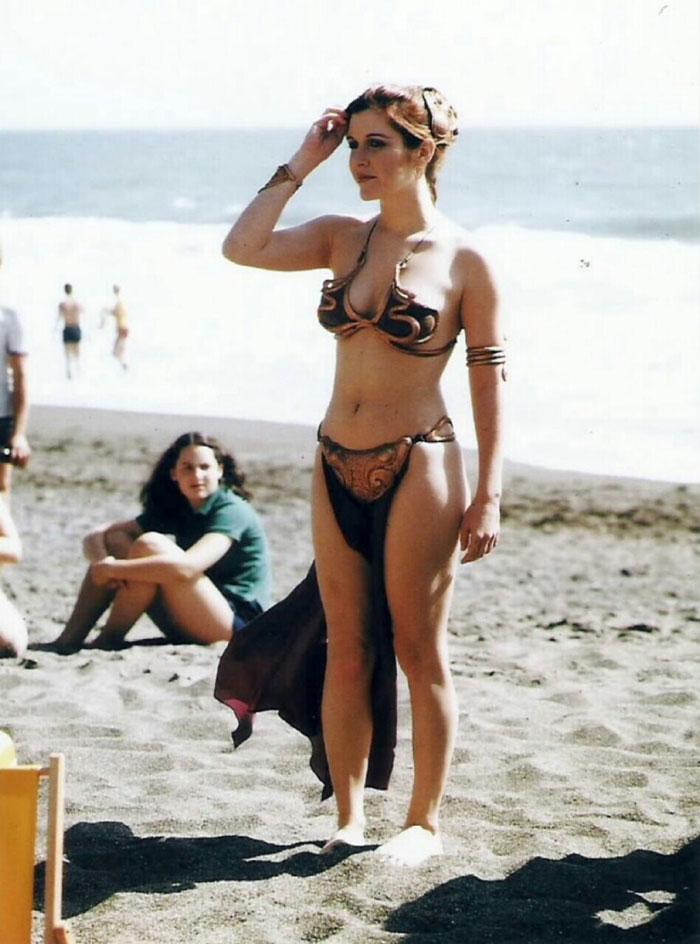 Ретро фотографии Кэрри Фишер в металлическом бикини для рекламы фильма «Возвращение джедая» в 1983 году-13