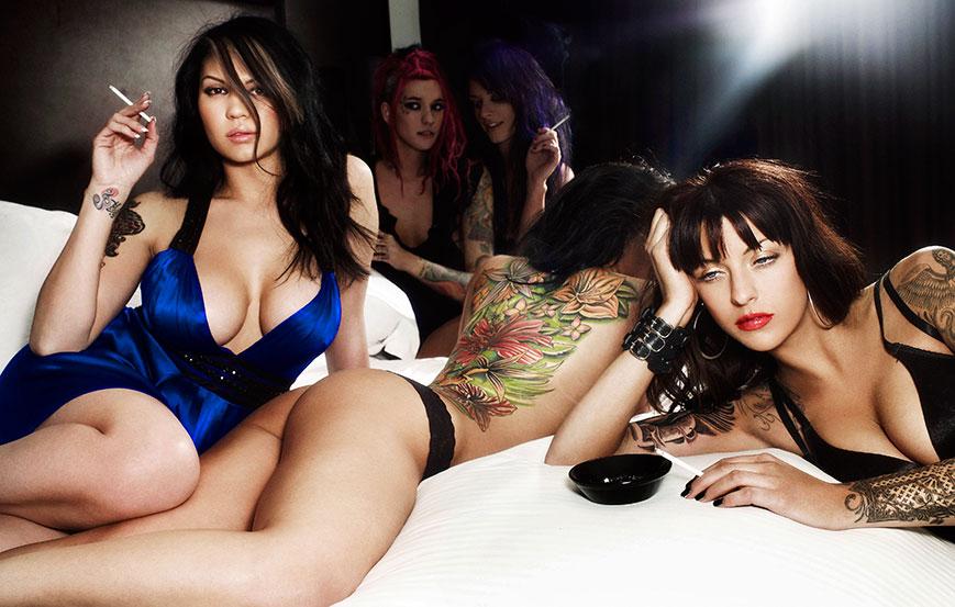Красивые девушки с татуировками на теле в фотографиях Уорвика Сэйнта