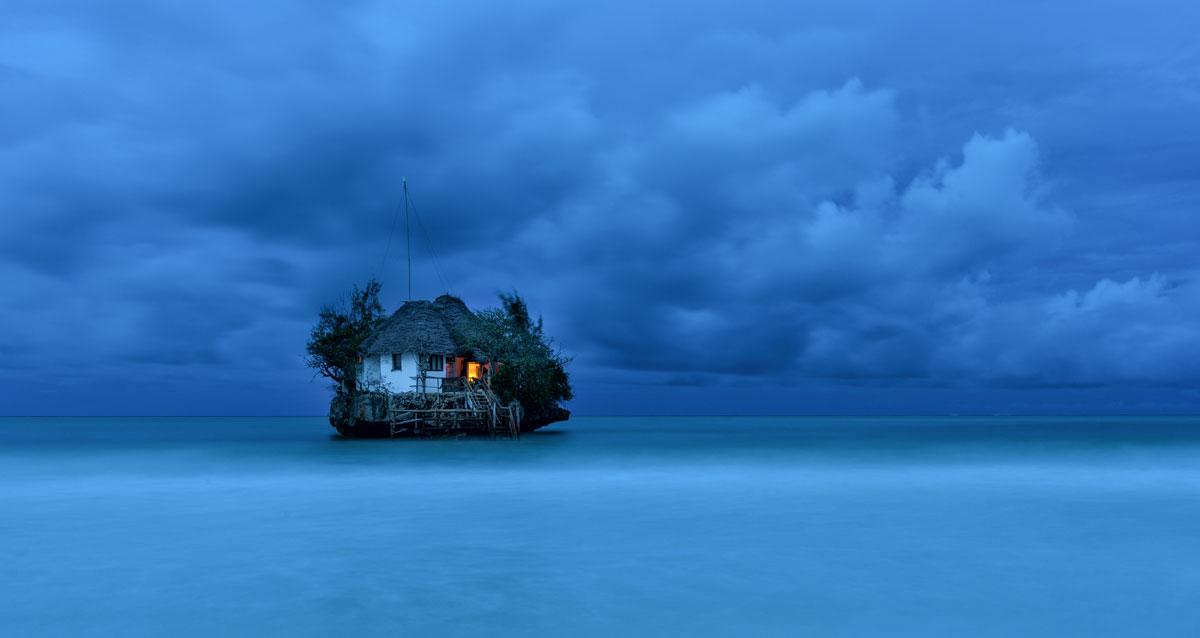 The Rock ekzoticheskii restoran na poberezhe Zanzibara
