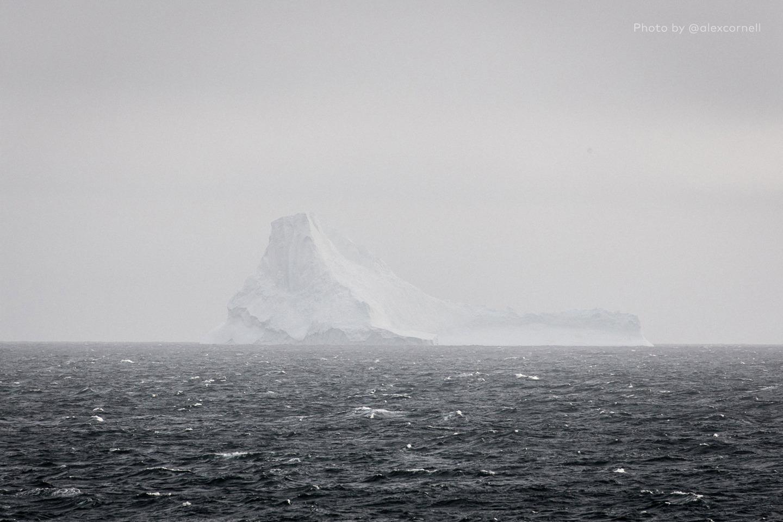 Редкие и захватывающие фотографии перевёрнутого айсберга-6