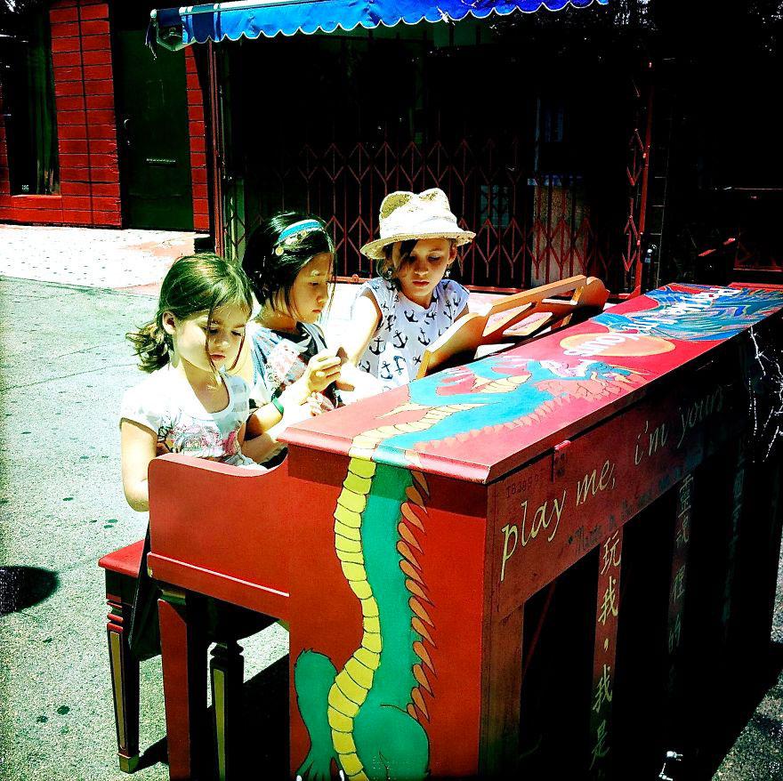 69 раскрашенных уличных пианино в разных городах мира-54