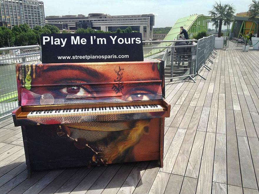 69 раскрашенных уличных пианино в разных городах мира-41