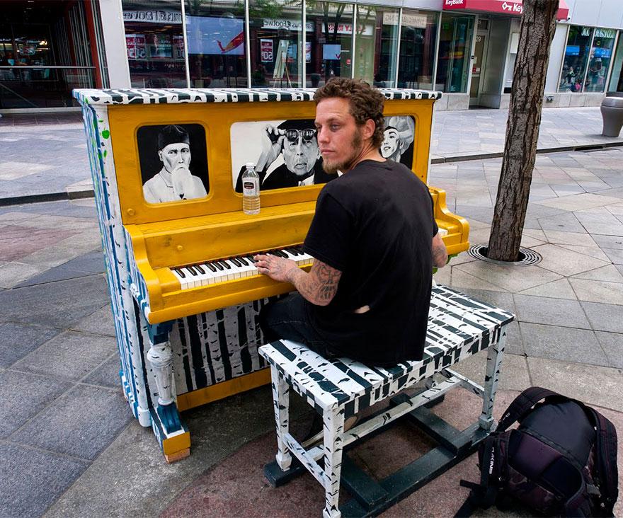 69 раскрашенных уличных пианино в разных городах мира-26