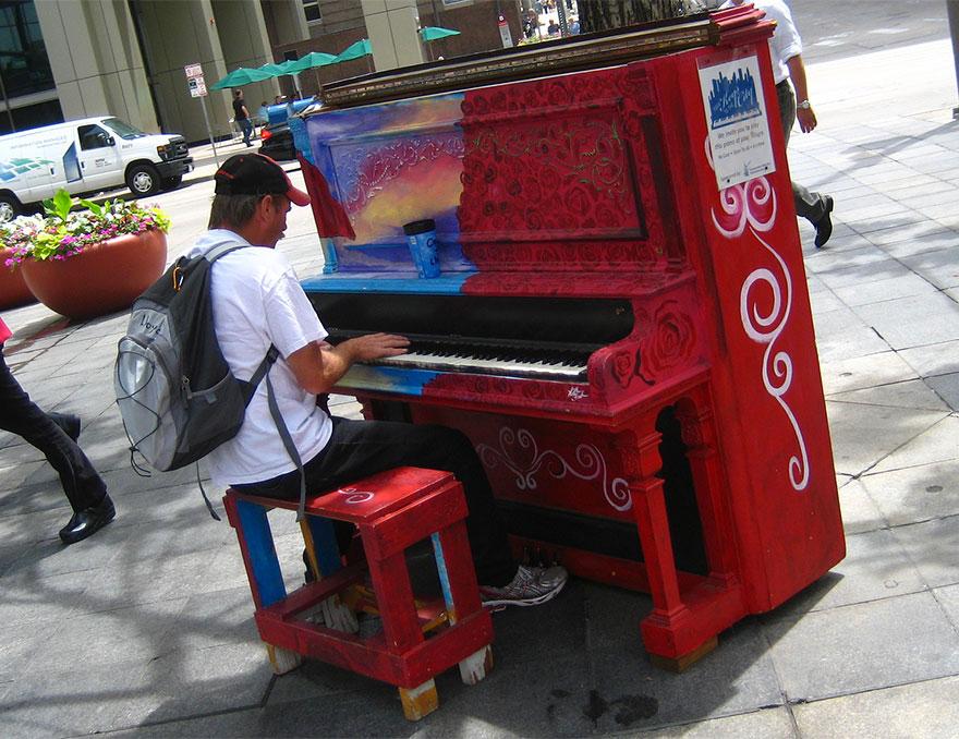 69 раскрашенных уличных пианино в разных городах мира-15