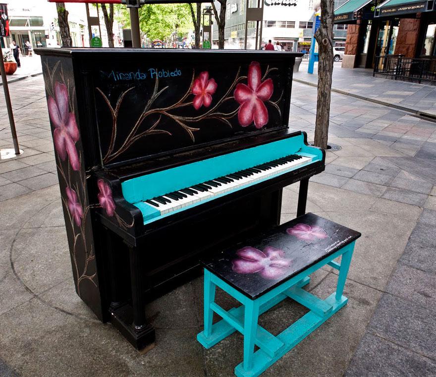 69 раскрашенных уличных пианино в разных городах мира-30