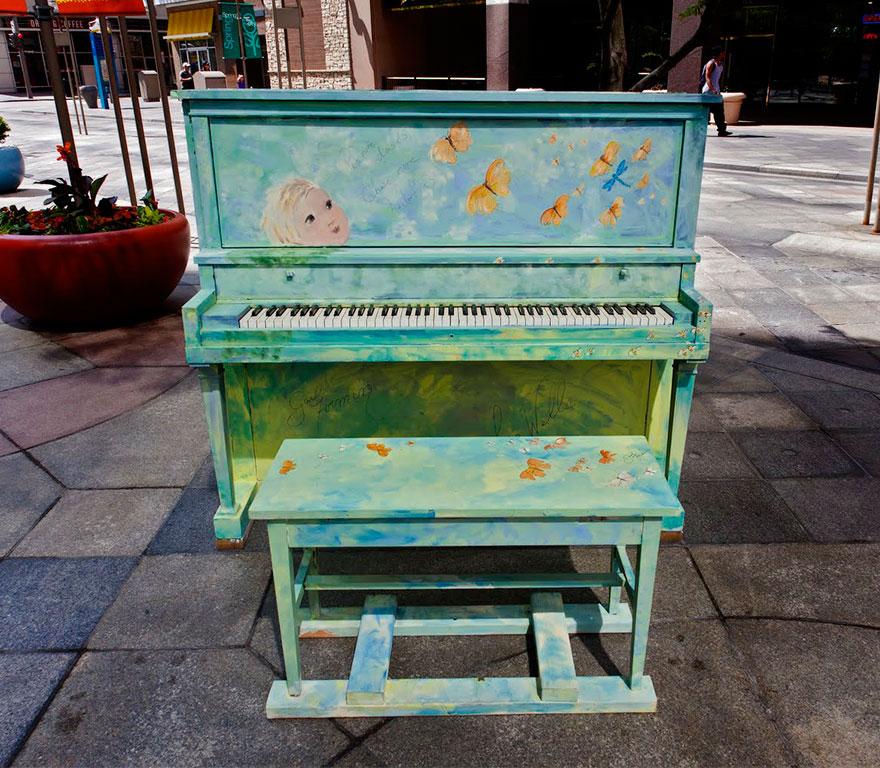 69 раскрашенных уличных пианино в разных городах мира-39