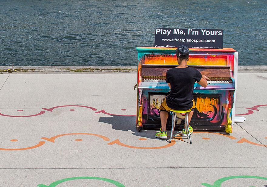 69 раскрашенных уличных пианино в разных городах мира-36