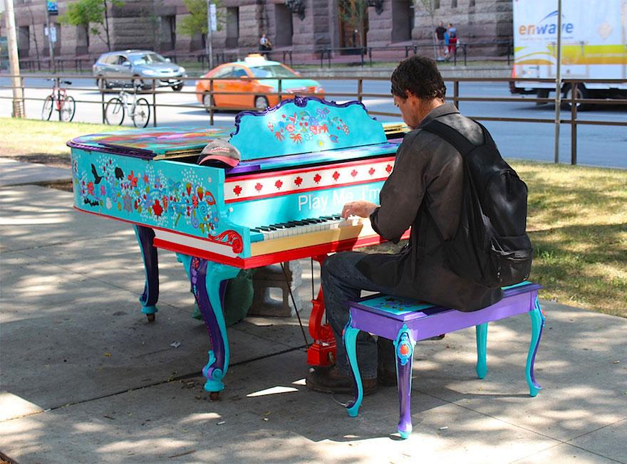 69 раскрашенных уличных пианино в разных городах мира-6