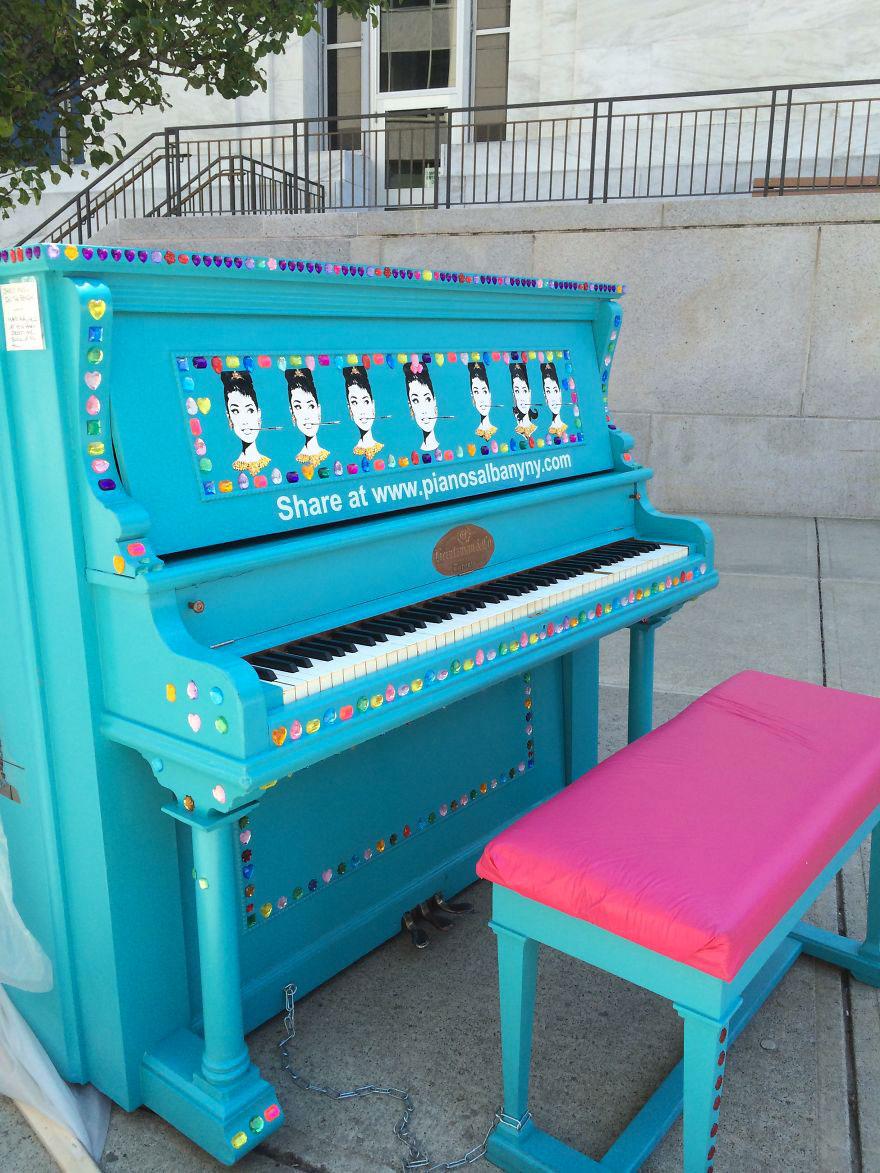 69 раскрашенных уличных пианино в разных городах мира-51