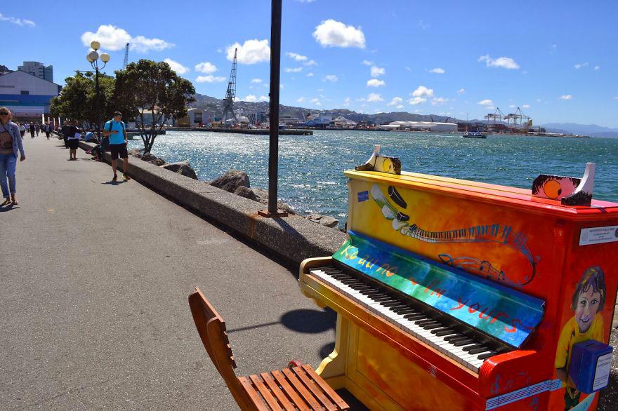 69 раскрашенных уличных пианино в разных городах мира-61
