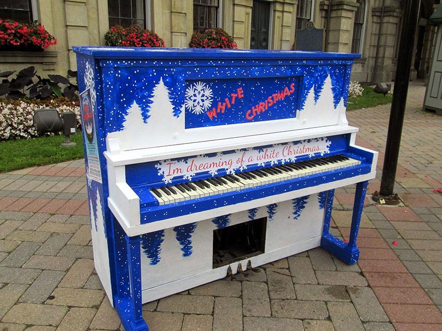 69 раскрашенных уличных пианино в разных городах мира-40