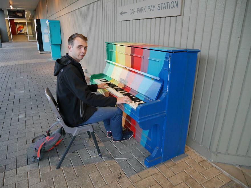 69 раскрашенных уличных пианино в разных городах мира-45