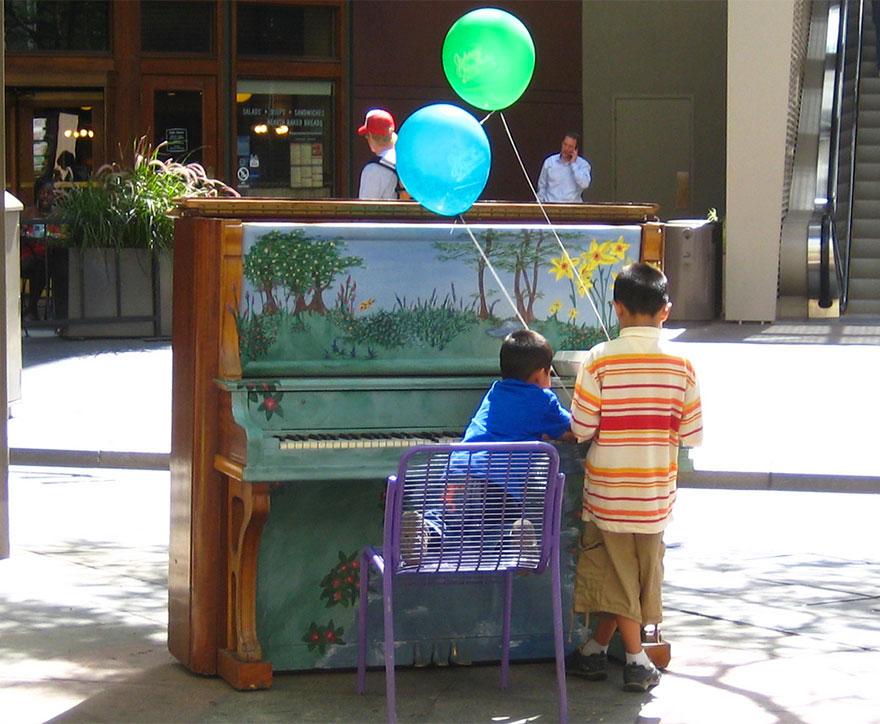69 раскрашенных уличных пианино в разных городах мира-20