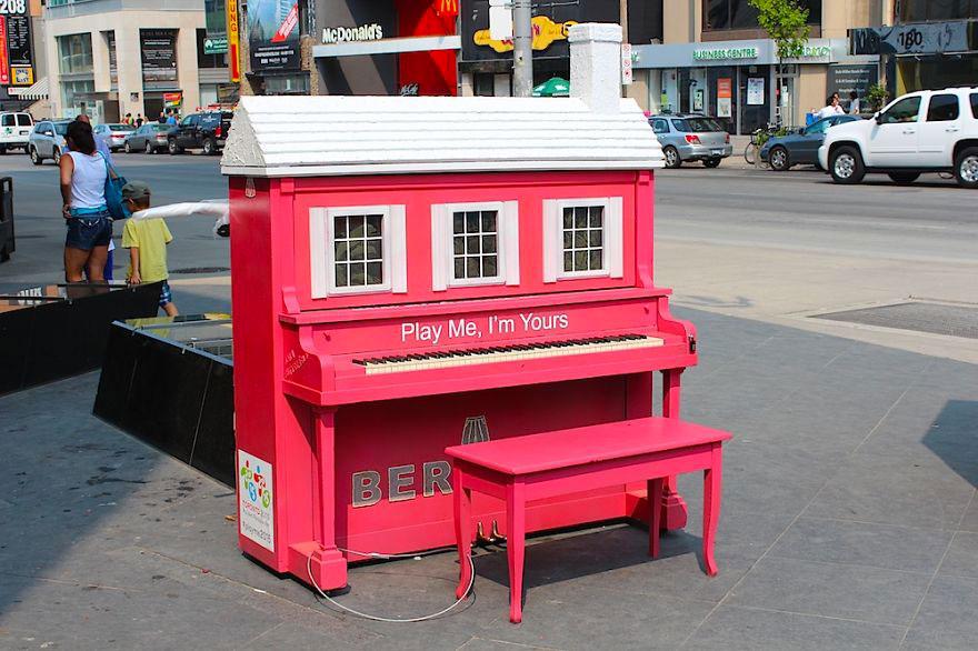 69 раскрашенных уличных пианино в разных городах мира-7