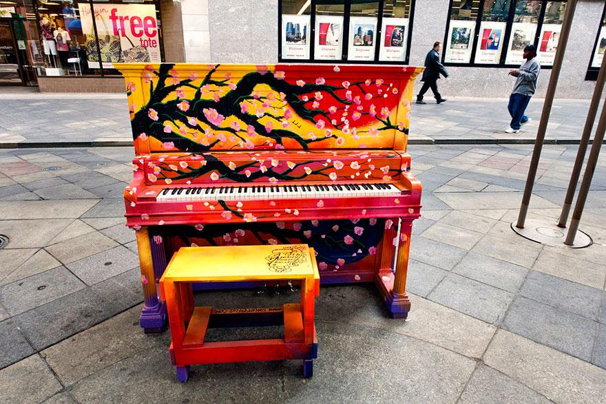 69 раскрашенных уличных пианино в разных городах мира-11