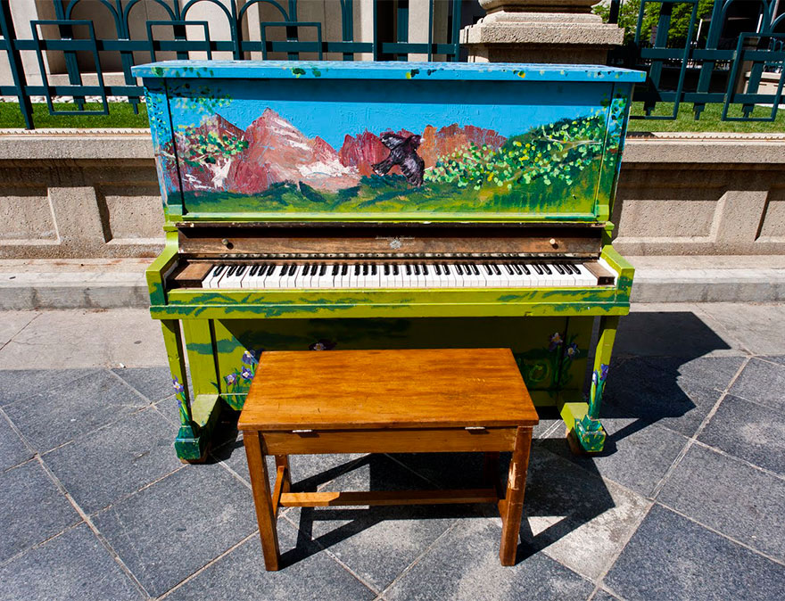 69 раскрашенных уличных пианино в разных городах мира-18