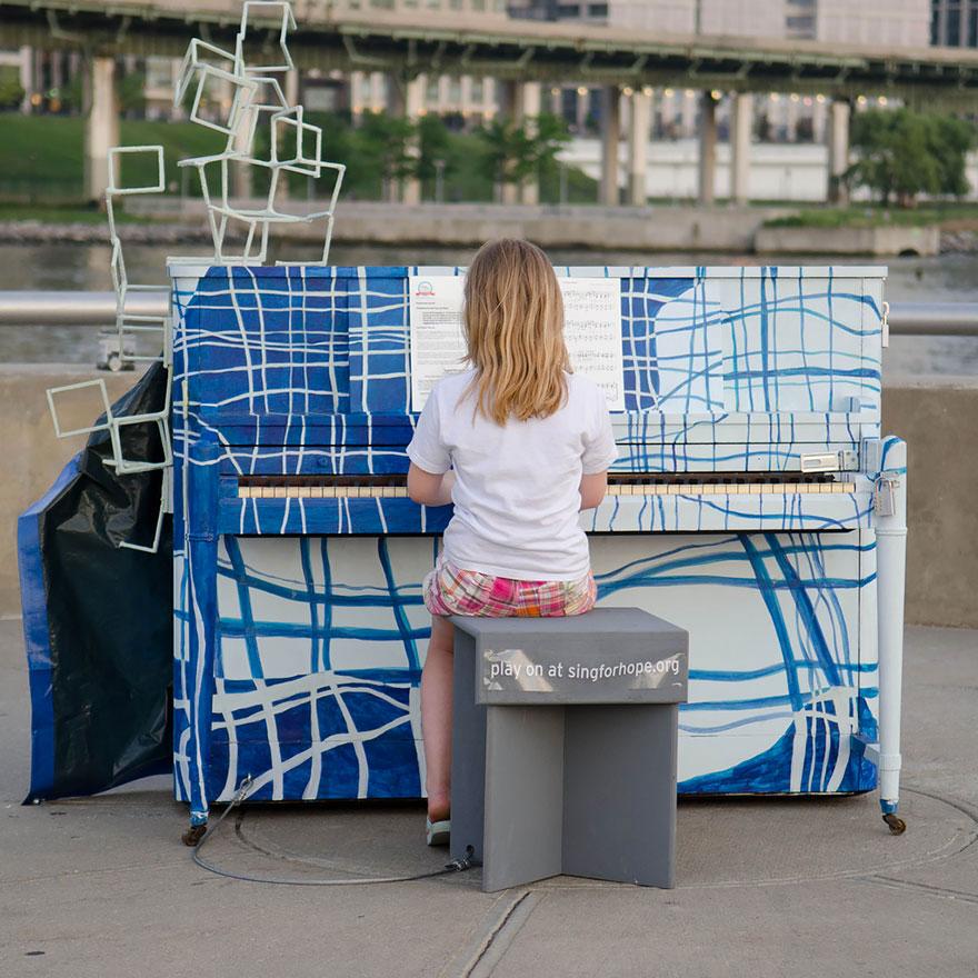 69 раскрашенных уличных пианино в разных городах мира-32