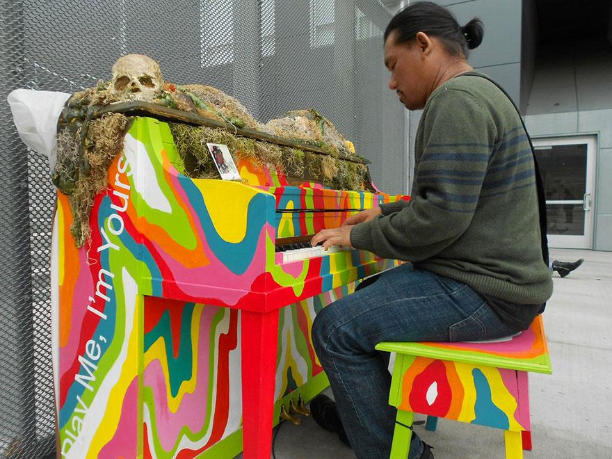 69 раскрашенных уличных пианино в разных городах мира-23