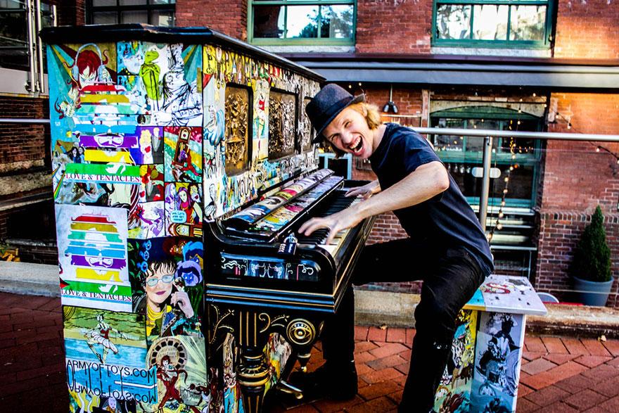 69 раскрашенных уличных пианино в разных городах мира-10