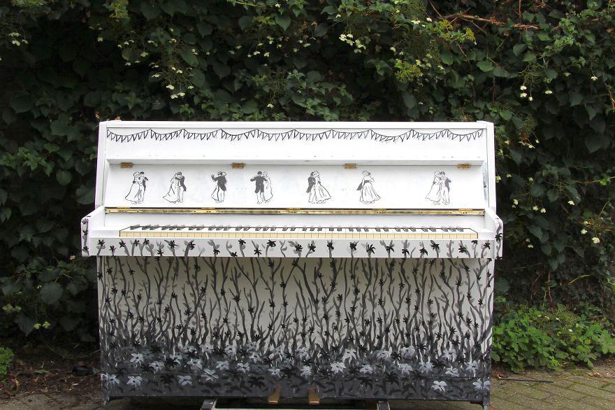 69 раскрашенных уличных пианино в разных городах мира-22