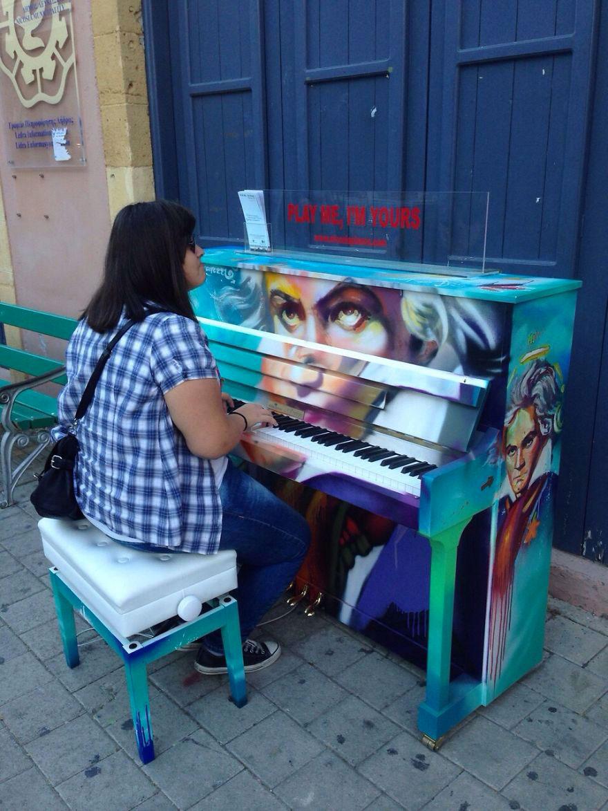 69 раскрашенных уличных пианино в разных городах мира-42