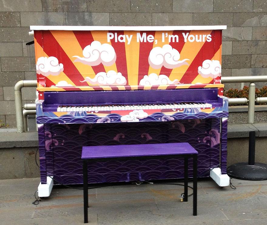 69 раскрашенных уличных пианино в разных городах мира-27