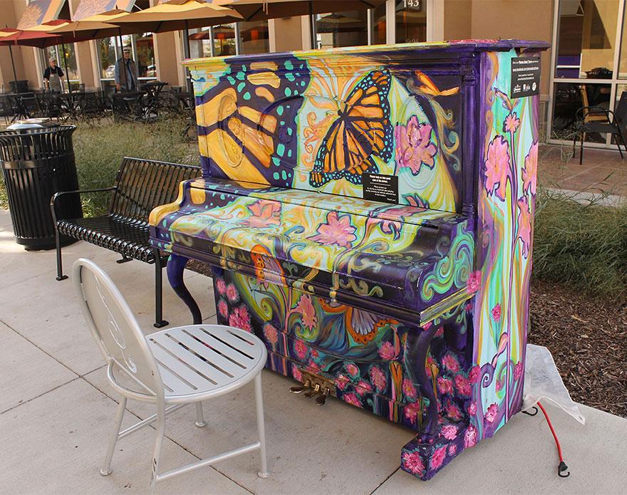 69 раскрашенных уличных пианино в разных городах мира-24
