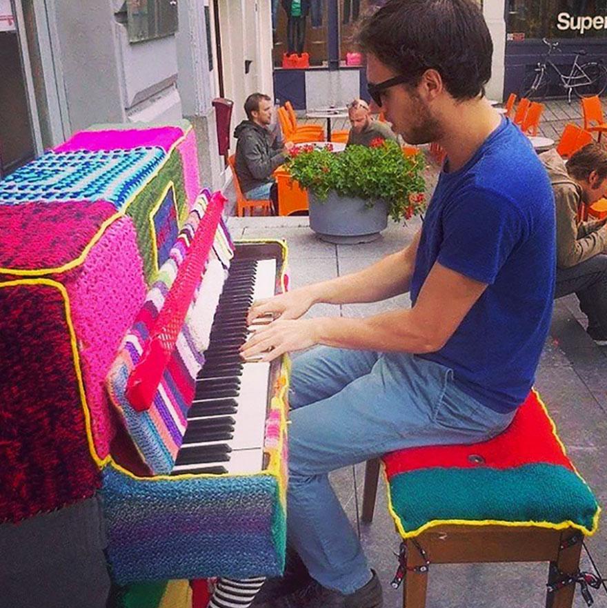 69 раскрашенных уличных пианино в разных городах мира-21