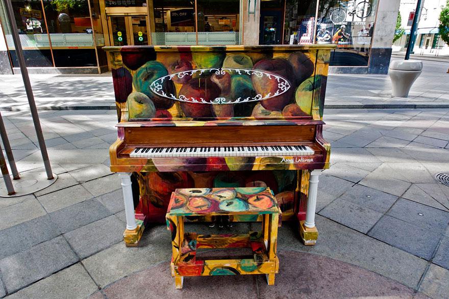 69 раскрашенных уличных пианино в разных городах мира-35