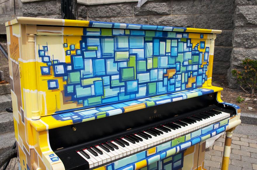 69 раскрашенных уличных пианино в разных городах мира-43