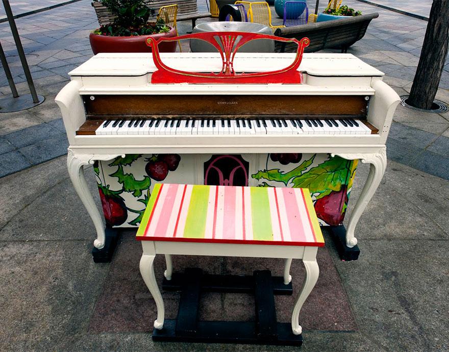 69 раскрашенных уличных пианино в разных городах мира-44
