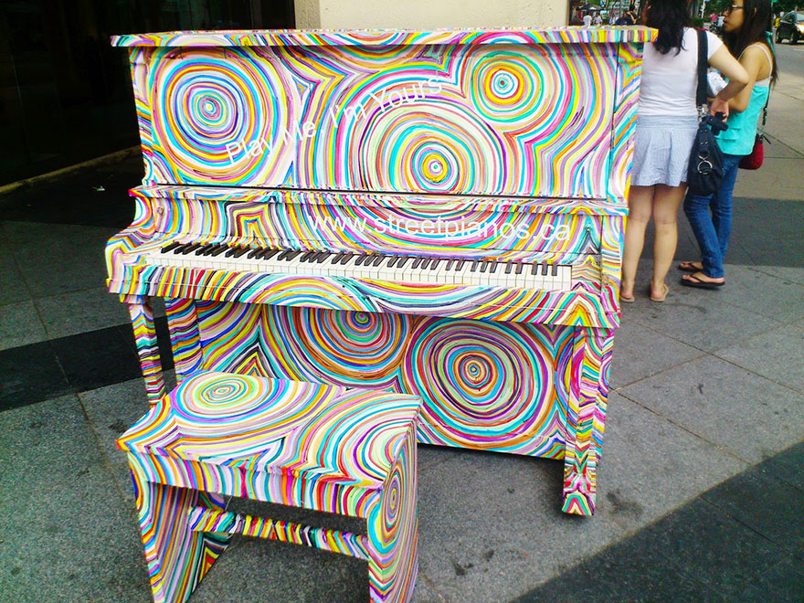 69 раскрашенных уличных пианино в разных городах мира-19