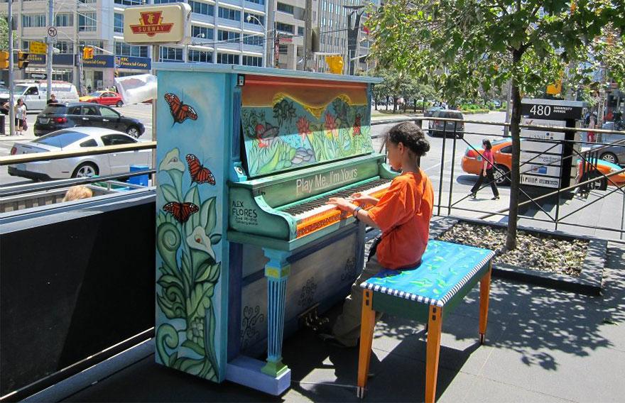 69 раскрашенных уличных пианино в разных городах мира-16