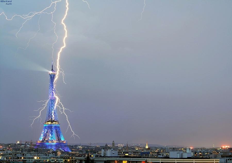 Удивительные фотографии, на которых молнии атакуют известные здания по всему миру